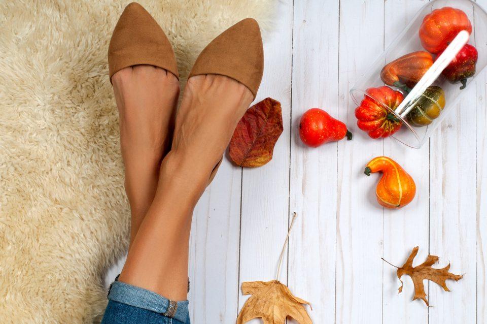 Modne buty na jesień mają w tym sezonie stonowane kolory (np. beżowe, ceglaste, khaki).