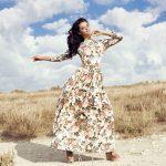 Długa sukienka we wzory - floral dress na randkę i do pracy