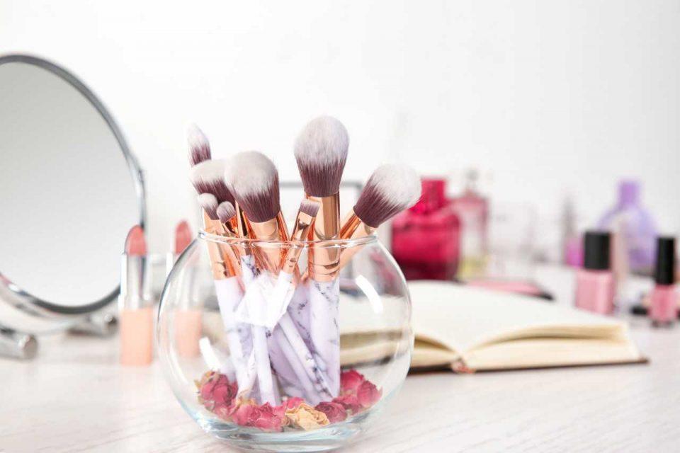 Dowiedz się, jak do czego służą różne rodzaje pędzli do makijażu! Ta wiedza ułatwi codzienne malowanie.