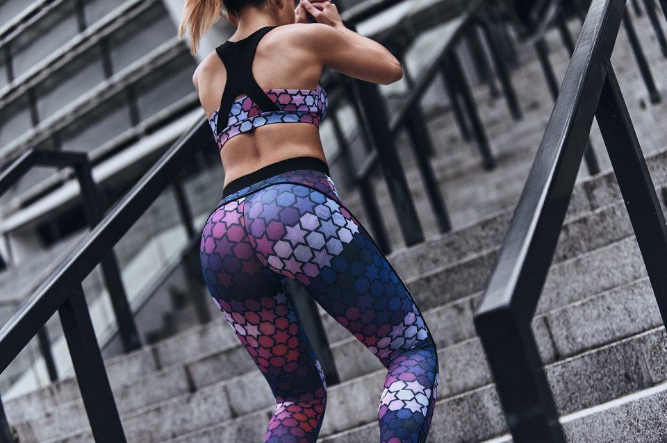 Obcisłe legginsy push up doskonale podkreślą Twoje kobiece kształty