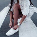 Mała biała sukienka — stylizacje w letnim klimacie