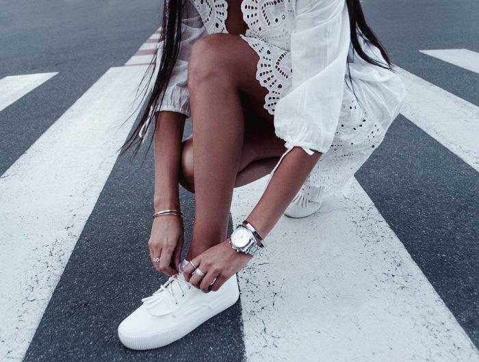 a9508fe3f0 Mała biała sukienka — stylizacje w letnim klimacie