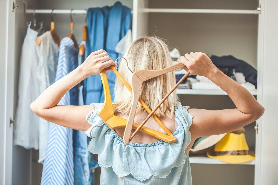Minimalizm w szafie: jak segregować ubrania?