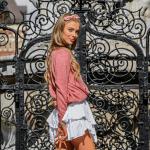 Ciepłe swetry damskie: 2 stylizacje na chłodne letnie wieczory